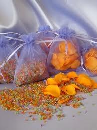 Arroz y pétalos en tonos naranja