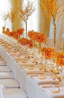 Mesa decorada con tonos naranja
