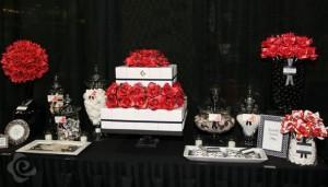 Mesa de postres boda con detalles en rojo