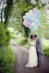 Novios con globos de colores