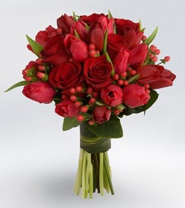Ramo de bodas con tulipanes rojos