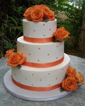 Tarta de boda con decoración naranja